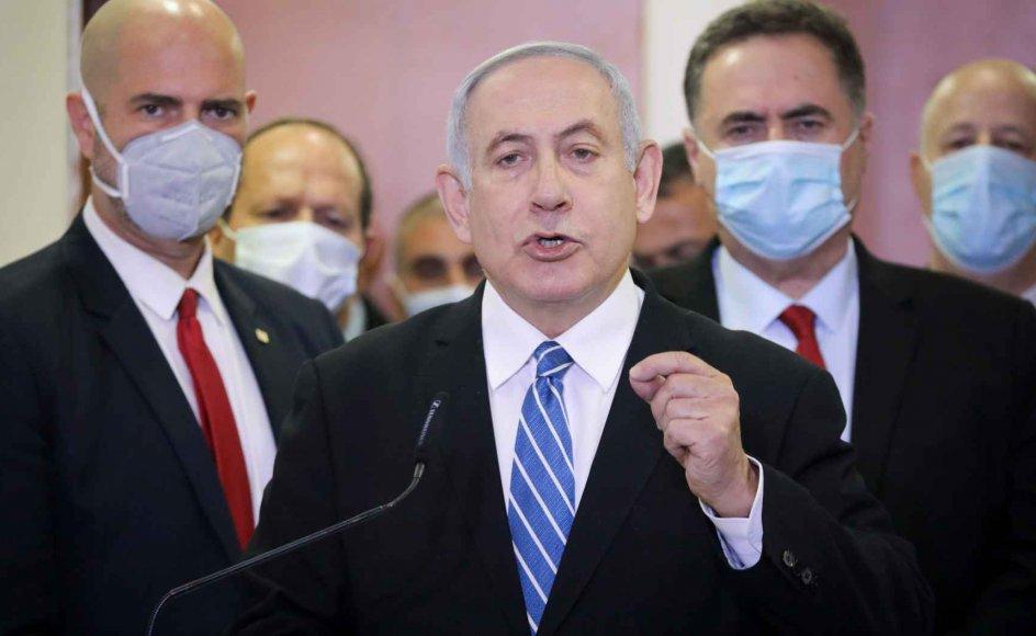Israels premierminister, Benjamin Netanyahu, udtaler sig til pressen inden søndagens retsmøde. Det er første gang nogensinde, at en siddende israelsk premierminister stilles for retten.