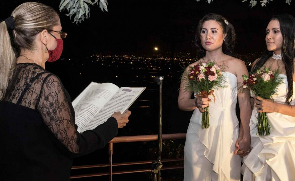 Det lesbiske par Alexandra Quiros (i midten) og Dunia Araya (til højre) er det første homoseksuelle par, der er blevet viet i Costa Rica.