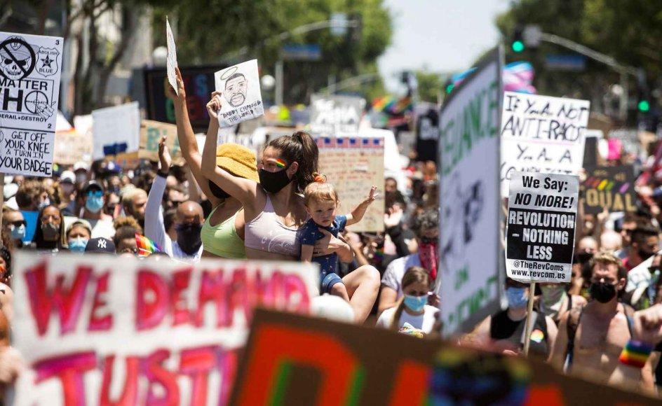 """Når borgere ifølge loven i USA kan ytre sig racistisk, og man ved at hadtale giver mere diskrimination og hadkriminalitet, er det ikke svært at regne ud, at """"ytringsfrihedsfundamentalisme"""" spiller en rolle i udbredelsen af racerelateret vold, skriver Sigri M. Gaïni. Her ses Black Lives Matter-demonstration i Los Angeles. – Foto: Ringo Chiu/Reuters/Ritzau Scanpix."""