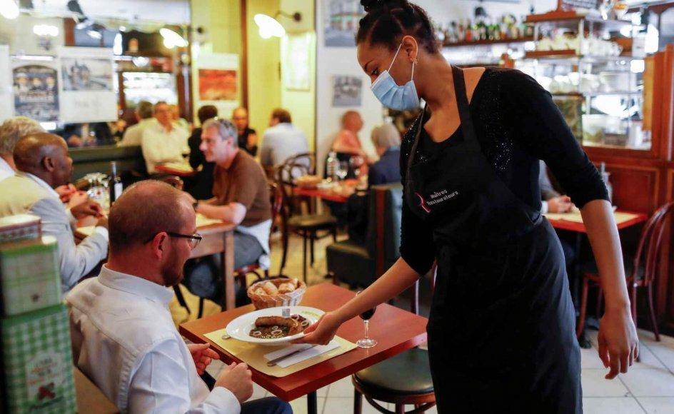 I Frankrig bliver det fra mandag obligatorisk at bære mundbind på indendørs områder som banker og butikker. Der er i forvejen et påbud om at bære mundbind, hvis man er ansat i en restaurant eller en bar. (Arkivfoto)