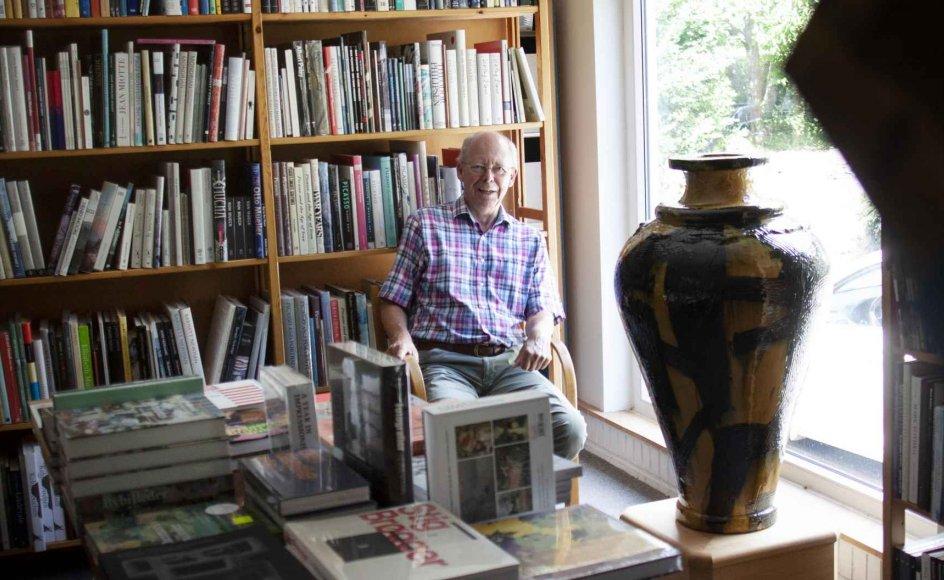 Med kunstbøger i reoler, keramik og andet skulpturel kunst på borde samt billedkunst på væggene er førstesalen af Huset Trangbæk i Rønde noget helt særligt i dansk sammenhæng. Her findes landets største udvalg af kunstbøger.