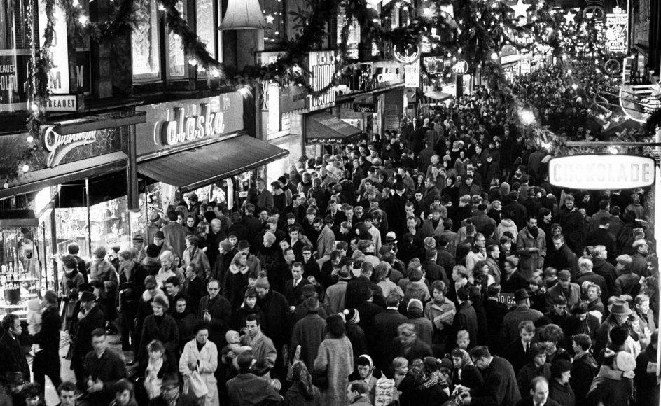I år vil julehandlen næppe medføre den samme trængsel på Strøget i København, som det var tilfældet på dette billede, der er taget omkring 1965, blot få år efter, gågaden var åbnet. – Foto: Allan Moe/Ritzau Scanpix.