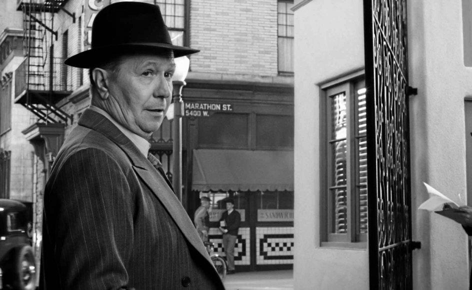 Gary Oldman er overbevisende i rollen som den kuldslåede, sympatiske og uberegnelige Mank (Herman J. Mankiewicz). – Foto: Netflix.