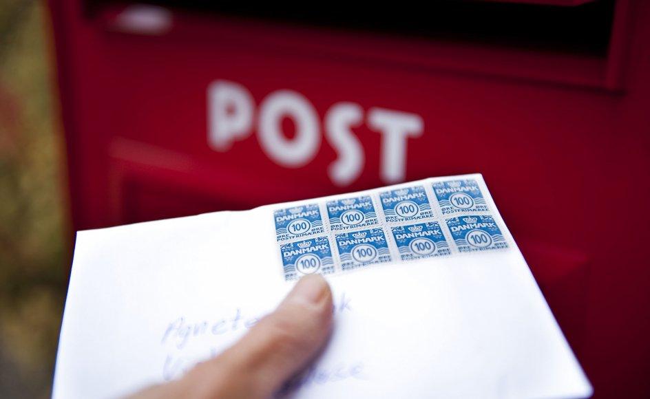 Der bliver sendt færre og færre breve. I 2010 sendte danskerne 885 millioner breve. På blot ti år er antallet faldet til 192 millioner. Alligevel vil regeringen og støttepartierne sørge for, at danskerne stadig har mulighed for at sende et brev med posten. - Grafik: Anne-Sofie Christensen.