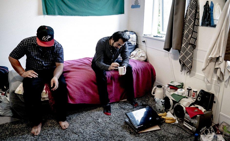 """I 2020 var der 1072 udsendelsesparate afviste asylansøgere i Danmark. Heraf betegner myndighederne 566 som """"fastlåste"""". Her ses Kamran Mahmodi (til højre) og hans værelseskammerat Khalil Asouda."""