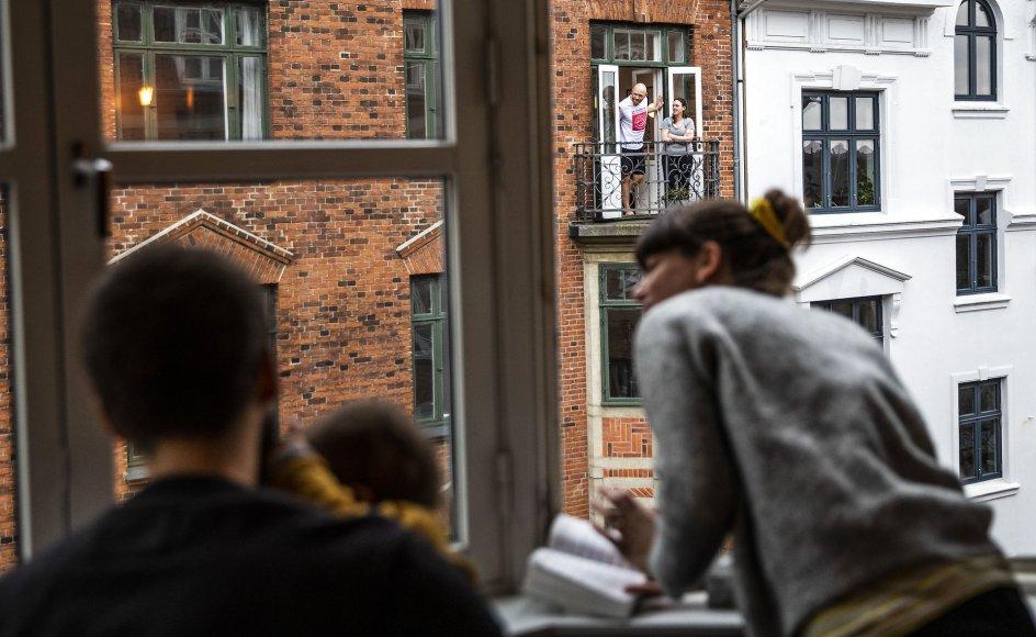 """En familie synger """"Det er i dag et vejr"""" fra deres vindue på Nørrebro søndag den 15. marts 2020 som en del af initiativet """"Nørrebro synger til hinanden på afstand!"""". På grund af COVID-19 var kontakten mennesker imellem formindsket i den periode."""