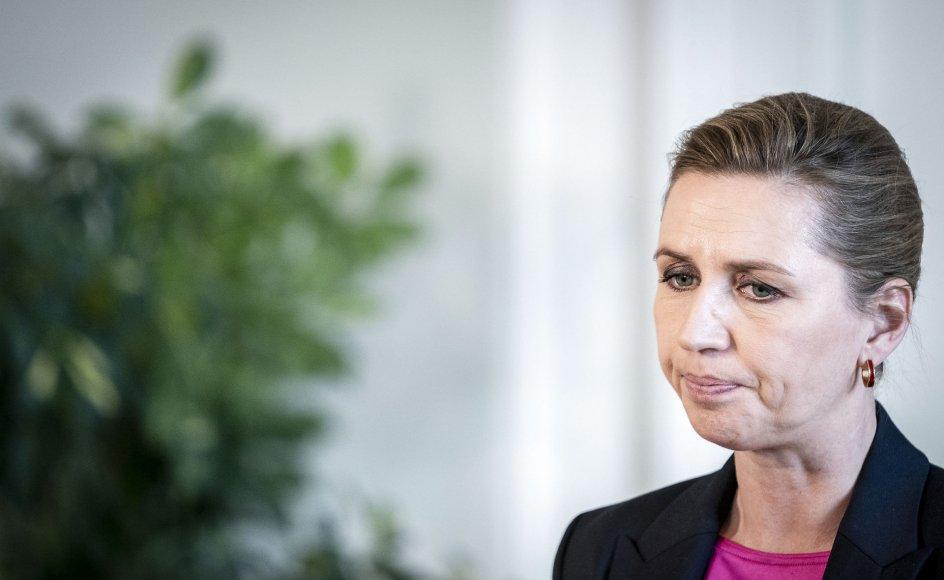 Når Mette Frederiksen tier i forbindelse med krænkelsessager, skyldes det, at det er en møgsag, og dem har statsministeren ikke brug for flere af for tiden, skriver politisk redaktør Henrik Hoffman-Hansen.
