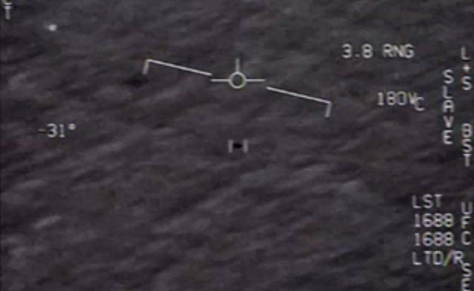 Sidste år frigav Det amerikanske forsvarsministerium hemmeligstemplede fotografier som dette af uidentificerede flyvende objekter taget af piloter i den amerikanske flåde.