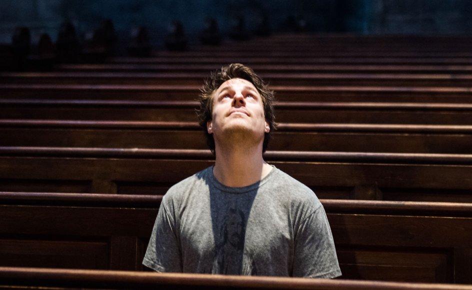 """Anders Stjernholm, der har siddet i Folketinget for Alternativet og er erklæret ateist, er vært på Radio4's """"Gud fader bevares?""""."""