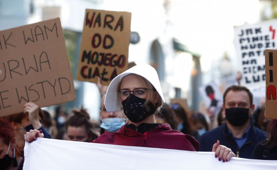 Polske borgere demonstrerer mod landets nyeste abort-lovgiving i byen Lodz i oktober 2020.
