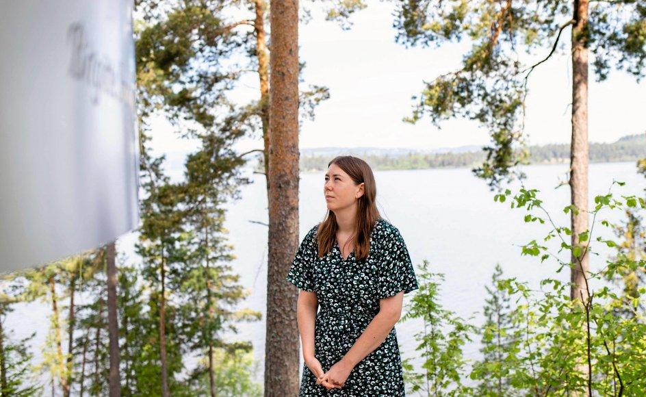 Astrid Hoem var en af de unge, som overlevede Anders Behring Breiviks terrorangreb. Den nuværende leder af Arbejderpartiets Ungdomsforbund efterlyser et opgør med det politiske had, som lå bag angrebet. Her står hun ved mindesmærket på øen Utøya. – Foto: Petter Berntsen/AFP/Ritzau Scanpix.