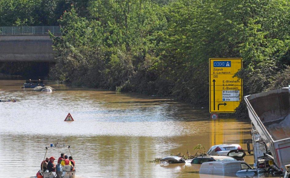 Tyske soldater og beredskabsfolk arbejdede weekenden igennem på den oversvømmede motortrafikvej B265 ved Erftstadt, hvor bilisterne kun havde få minutter til at undslippe vandmasserne i torsdags. – Foto: Sebastien Bozon/AFP/Ritzau Scanpix.