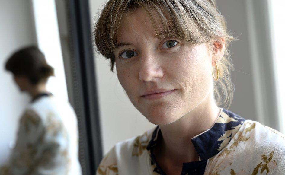 """""""Når jeg kommer hjem til mine forældre, kan jeg stadig godt kigge på mig udefra og synes, at jeg virkelig er en idiot,"""" siger filminstruktøren Lisa Jespersen, der selv voksede op på landet, men nu gerne vil være """"så woke som muligt""""."""
