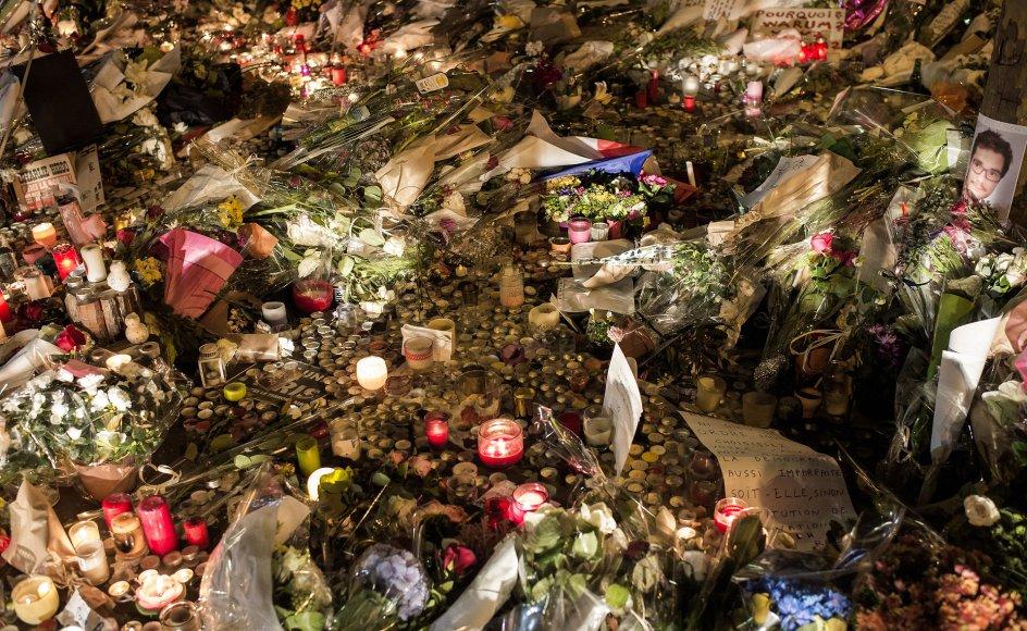 Der blev lagt blomster og tændt lys ude foran spillestedet Bataclan i Paris flere dage efter, at spillestedet samt fire fortovscaféer blev udsat for et terrorangreb af Islamisk Stat tilbage i 2015, hvor 130 personer mistede livet.