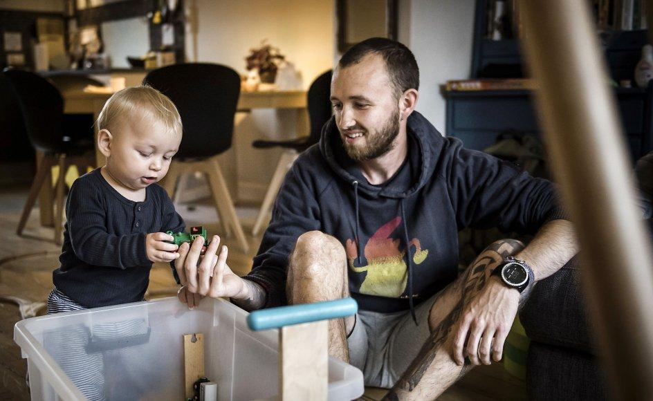 """""""Når fædrene i lidt højere grad bliver en del af de alleryngstes hverdag, kan man håbe på en mere ligelig fordeling af de opgaver til glæde for ikke mindst børnene"""", skriver Liv & Sjæl-redaktør Karin Dahl Hansen"""