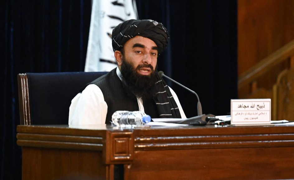 Talebans talsmand Zabihullah Mujahid præsenterer på et pressemøde i Kabul den 7. september, at Taleban-veteranen Mullah Mohammad Hassan Akhund bliver den nye afghanske regeringsleder.