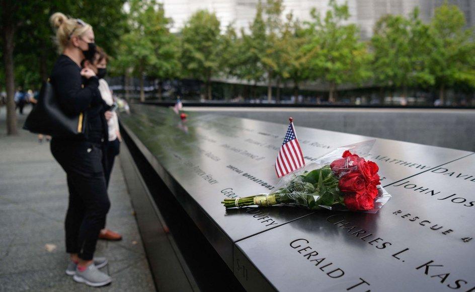 Et ung par står ved mindesmærket for den 11. september i New York. Mindesmærket er rejst, hvor sydtårnet fra The World Trade Center stod.