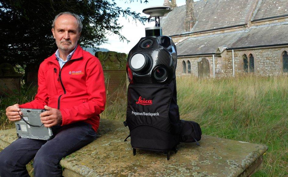 Den avancerede rygsæk har fem digitale kameraer, to laserscannere og en gps på toppen, som registrerer helt præcist hvor billederne bliver optaget.