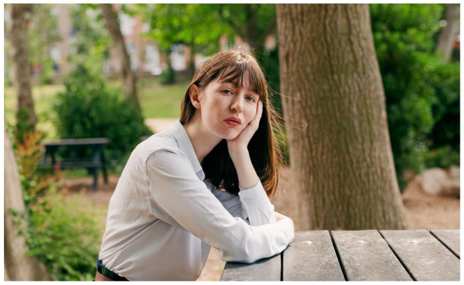 Irske Sally Rooney (født 1991) er herhjemme blevet anmeldt af anmeldere, der er 20 år ældre end hende selv. Men det er billige woke-point og klokkeklar aldersdiskrimination at antyde, at det skulle være tegn på et strukturelt problem, skriver anmelder Jeppe Krogsgaard Christensen.