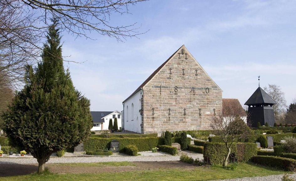 Her ses Holbøl Kirke i Sønderjylland. Holbøl Sogn har sammen med Bov Sogn været sammenlagt - og gået fra hinanden igen.