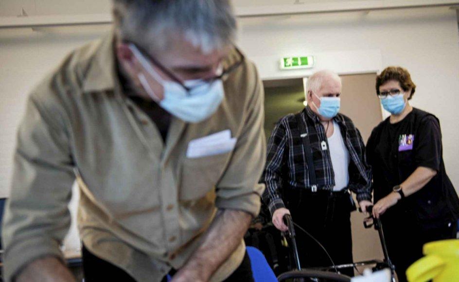 Covid-vaccination af beboere og ansatte på en række plejehjem i Svendborg Kommune søndag den 3. januar 2021. Læge Cees Stavenuiter gør klar til at vaccinere. (Foto: Tim Kildeborg Jensen/Ritzau Scanpix)