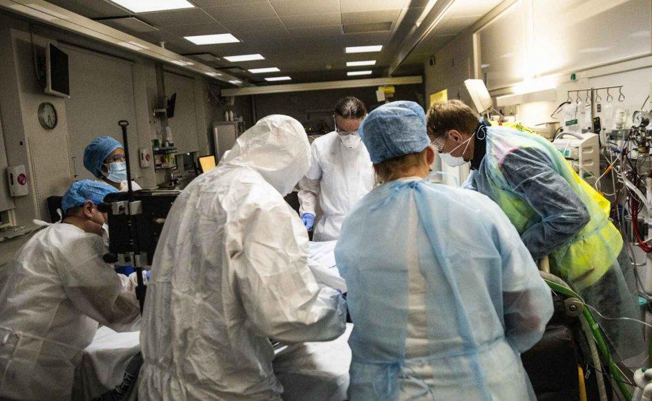 En patient skal flyttes fra afdelingen for covid-19-patienter på intensivafdelingen på Bispebjerg Hospital i december 2020. I foråret og forsommeren var mellem 8 og 11 patienter om dagen  indlagt på intensivafdelingen for covid-19-positive, indtil den lukkede ned på grund af lavt smittetryk i samfundet. Den 21. september blev intensivafdelingen igen taget i brug, og der er i øjeblikket 4-6 patienter. (Arkiv)