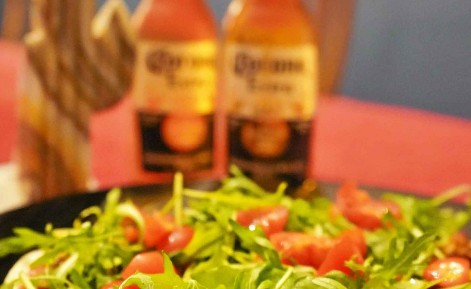 Når coronapandemien forhindrer én i at rejse ud i verden og opleve fremmede køkkener, må man bringe deres køkkener hjem til sig selv og lave eksempelvis fyldte tortillas, der smager bedst med en, tja, Corona-øl til.