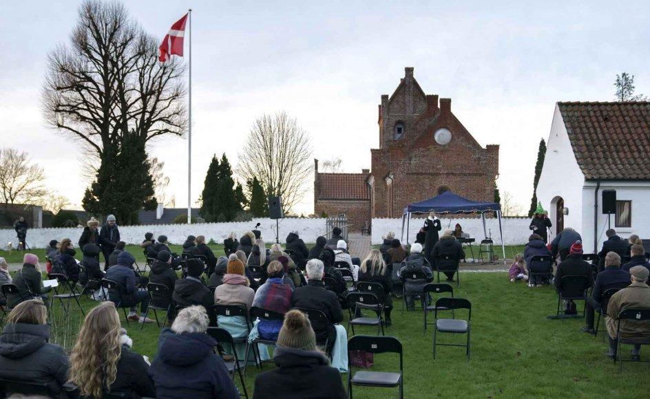 Nedlukningen viser - ligesom her, hvor der afholdes julegudstjeneste på græsplænen ved Græse Kirke nær Frederikssund - blandt andet, hvordan danskerne sætter pris på kirken og dens mange ritualer, der følger mennesker gennem livet.