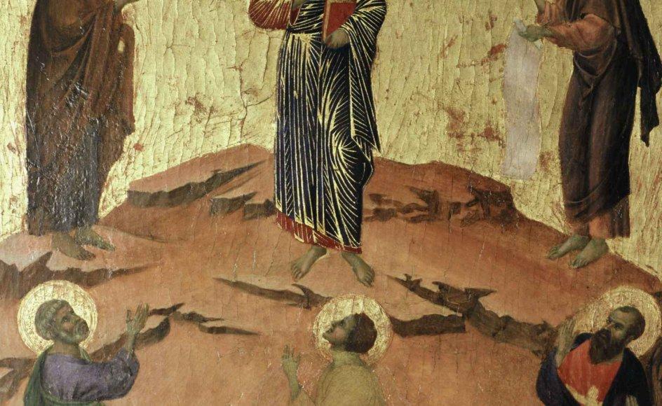 Jesus taler med profeterne Moses og Elias på bjerget, imens disciplene falder på knæ foran dem. Billedet er af kunstneren Duccio di Buoninsegna, der blev født omkring 1255 i Siena i det nuværende Italien og døde i 1319. – Foto: Ritzau Scanpix.