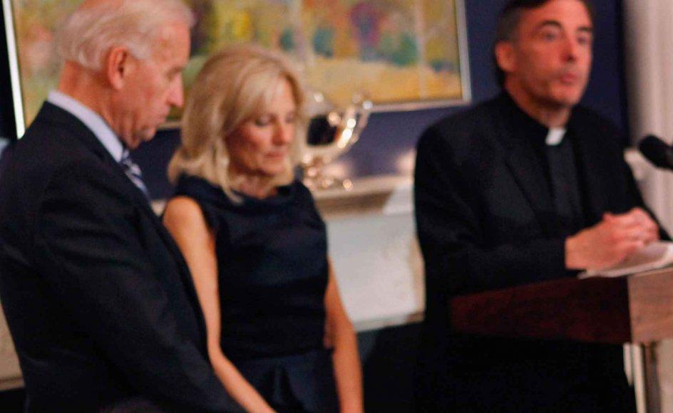 Joe Biden og Kevin O'Briens venskab går langt tilbage. Her beder O'Brien før Thanksgiving-middag i 2010 - hvor Joe Biden var vicepræsident - for sårede medlemmer af USA's militær i den daværende vicepræsidents residens.