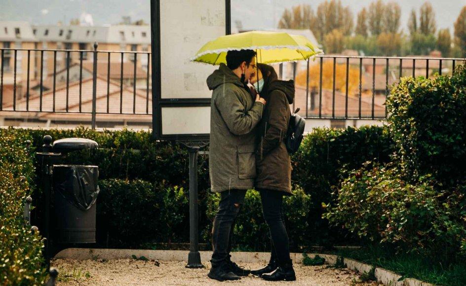 Mange ting er lukket ned. Men kærligheden er ikke. Den blomstrer under helt nye vilkår - spørgsmålet er, om det vil fortsætte?