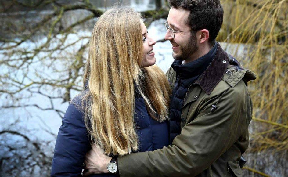 """""""Det kan virke farligt at skulle vælge én person til på den måde. Jeg tror, det er, fordi man ser den her store kærlighed på film og alle mulige andre steder,"""" siger 29-årige Mette. Men efter hun forelskede sig i Jonatan, også 29 år, virkede det slet ikke så farligt at vælge ham til. I dag bor parret sammen i København, ikke langt fra Østre Anlæg, hvor de i marts gik deres første tur sammen. – Foto: Leif Tuxen."""