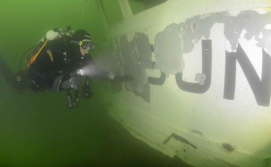 Vraget er et populært udflugtsmål for dykkere. Færgens navn er næsten slidt af. – Foto: Lars Kirkegaard.