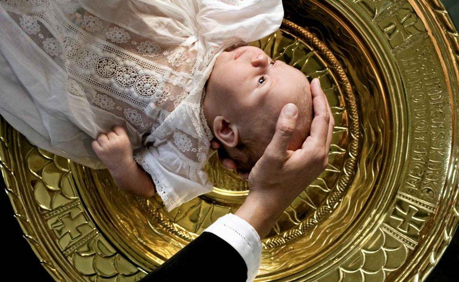 Præster har fortalt, hvordan de af angst for smitte har døbt børn uden den efterfølgende håndspålæggelse, og andre præster har på Facebook beskrevet, hvordan de er afstået fra at døbe og har ladet forældrene døbe deres egne børn, mens de som præster fremsagde ritualets ord.