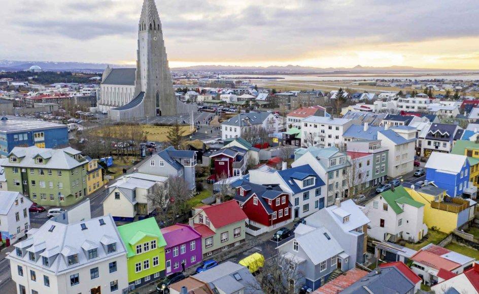 På overfladen ånder alt fred og idyl i det centrale Reykjavik, hvor byens 74 meter høje vartegn, Hallgrimskirken, sammen med de klassiske farvestrålende huse dominerer bybilledet. Men en række skudepisoder rykker ved islændingenes selvforståelse. – Foto: Patrick Gorski/NurPhoto via Getty Images.