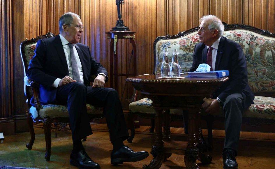 Ruslands udenrigsminister, Sergej Lavrov (tv), beskyldes for at have behandlet EU's udenrigschef, Josep Borrell (th) uforskammet, da denne i sidste uge besøgte Moskva.