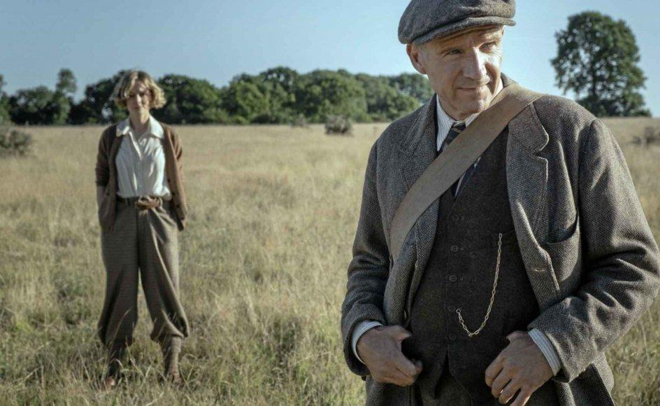 """Ralph Fiennes spiller den stovte Brown med mild resignation i """"The Dig"""", mens Carey Mulligan portrætterer den sygdomsramte Pretty med udkørt venlighed. – Foto: Larry Horricks/Netflix."""