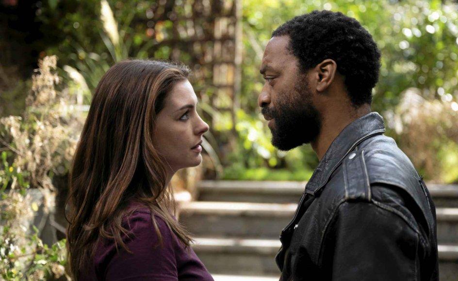 Chiwetel Ejiofor spiller Paxton med den kuethed, der følger af mentale nedture, karrieremæssige fiaskoer og af at blive afvist af sin partner, mens Anne Hathaway spiller Linda med en blanding af sødme og aggression. – Foto: HBO Nordic.