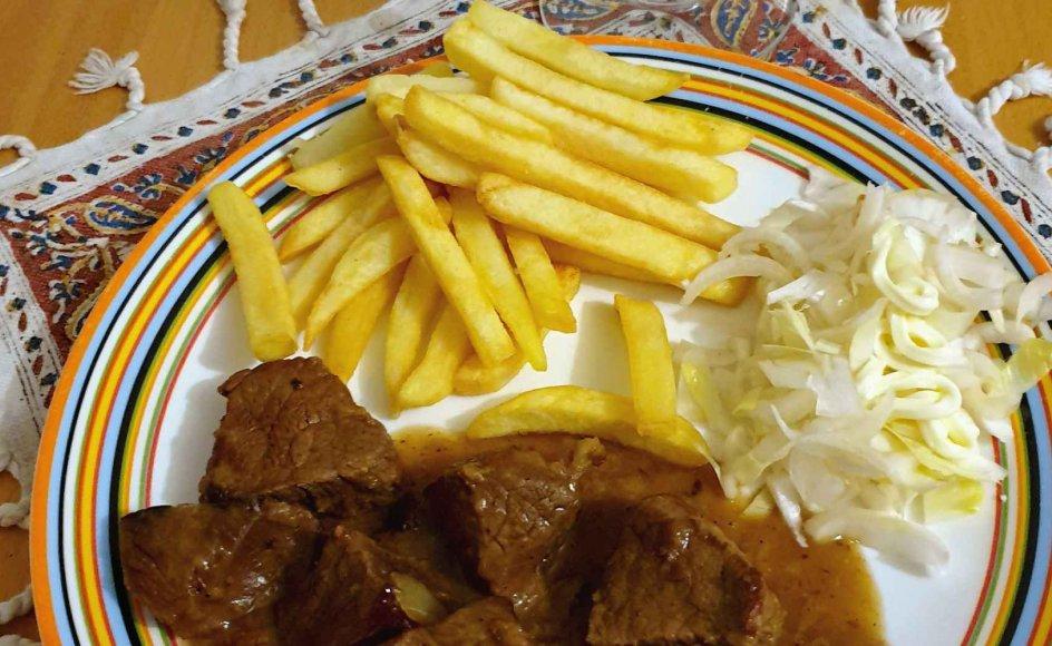 Hvis man vil undgå at blive kigget skævt til i den flamske del af Belgien, hælder man stoofvleessaus over fritterne – ikke mayonnaise og remoulade.