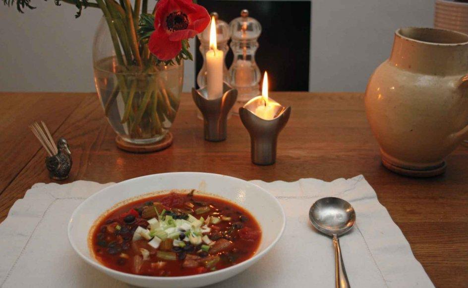 En solid grøntsagssuppe med sorte bønner giver en god mæthed, hvis man ønsker at skære ned på kødindtaget under fasten. – Foto: Bjarne Nørum.