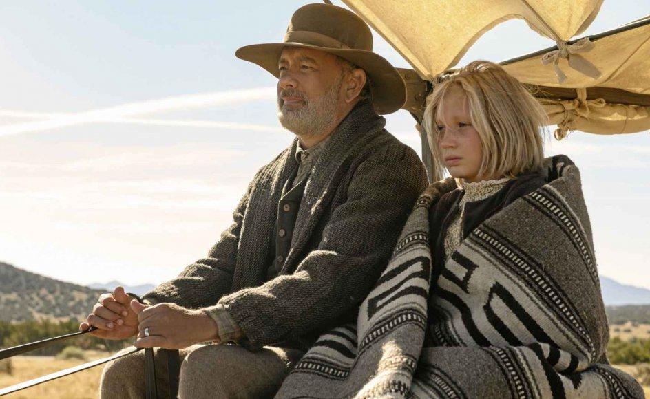 Helena Zengel spiller den 12-årige pige Johanna med blændende intensitet. Her er virkelig et skuespiltalent ud over det sædvanlige, og hun står godt til Tom Hanks, der portrætterer Kidd med en krop og et sind, der tynges af en traumatisk fortid, men drives frem af en insisterende humanisme. – Foto: Bruce W. Talamon/Universal Pictures/Netflix.