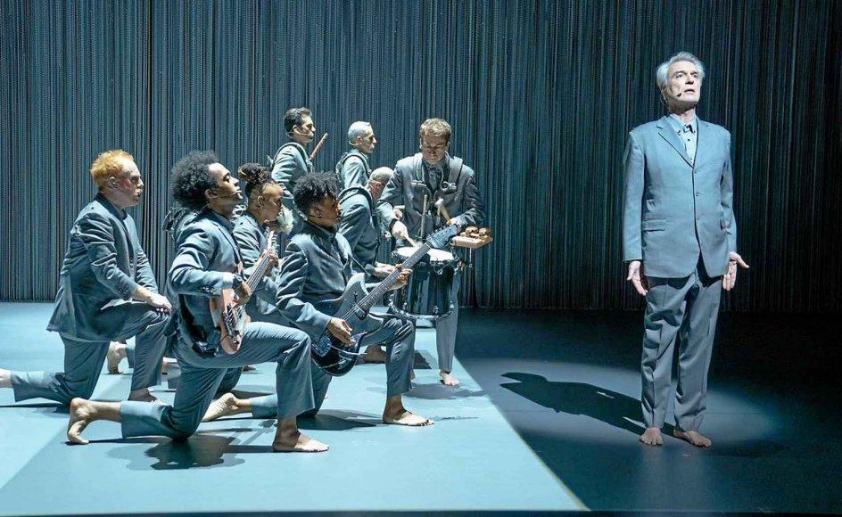 """For 36 år siden lavede David Byrne koncertfilmen """"Stop Making Sense"""". Nu er han itlbage med """"American Utopia"""", som sætter hans sange i et magisk skær. – Foto: Blockbuster."""
