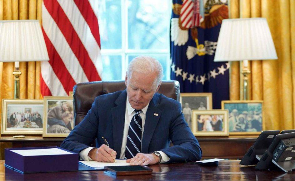 USA's præsident, Joe Biden, har torsdag aften dansk tid underskrevet den største hjælpepakke, USA har set i årtier. Natten til fredag dansk tid holder han en tale til nationen på årsdagen for, at USA delvist lukkede sin grænser i et forsøg på at begrænse pandemien.