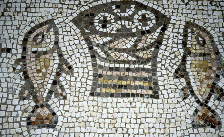 En mosaik på gulvet viser brød og fisk i Bespisningsunderets Kirke, som ligger ved Kapernaum nær Genesarat Sø i det nuværende Israel. – Foto: Ritzau Scanpix.