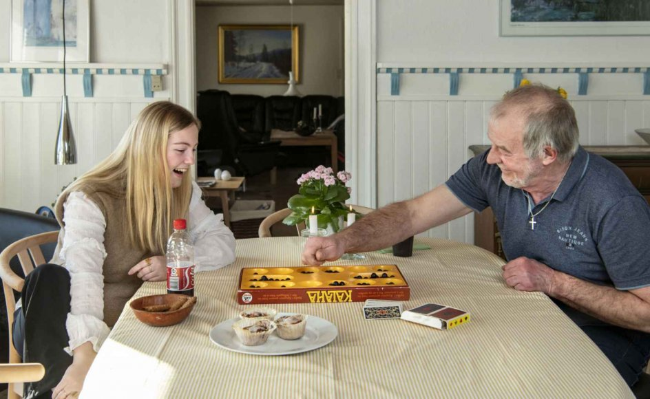 Kaj Emil Pedersen og hans hustru bor i et nedlagt gartneri i landsbyen Frøslev på Mors. Her får de tit besøg af deres barnebarn, Karoline Nielsen. – Foto: Jens Bach.