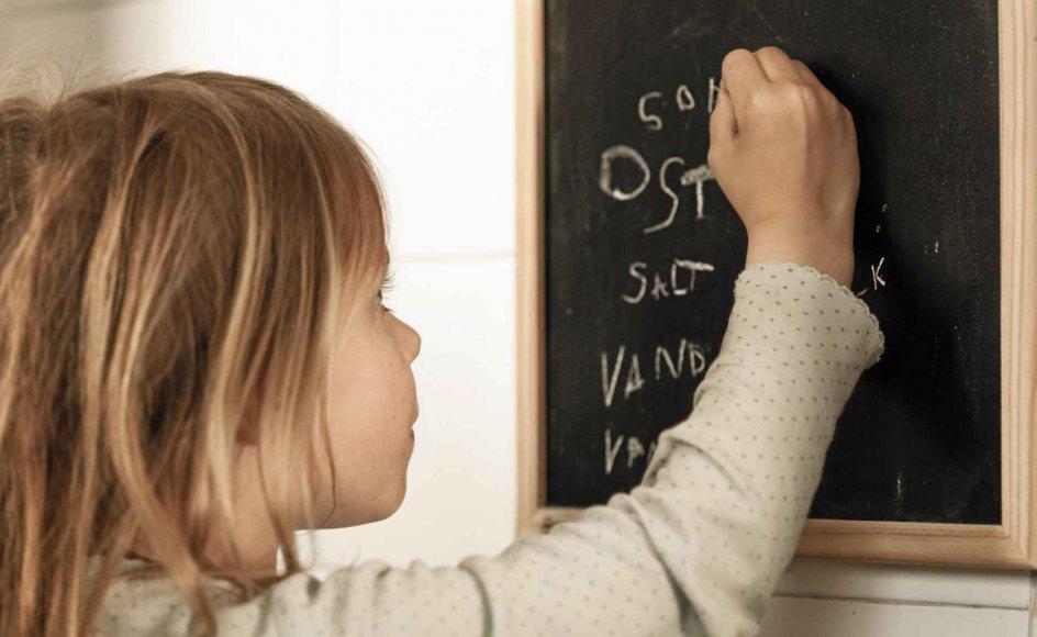 Lene Tanggaard glæder sig over at se sin søns pæne håndskrift, når han skriver huskelister til hende, for det at lære at skrive i hånden udvikler vores kognitive evner, og giver tid og plads til koncentration, mener hun. – Modelfoto: Thomas Vilhelm/Ritzau Scanpix.