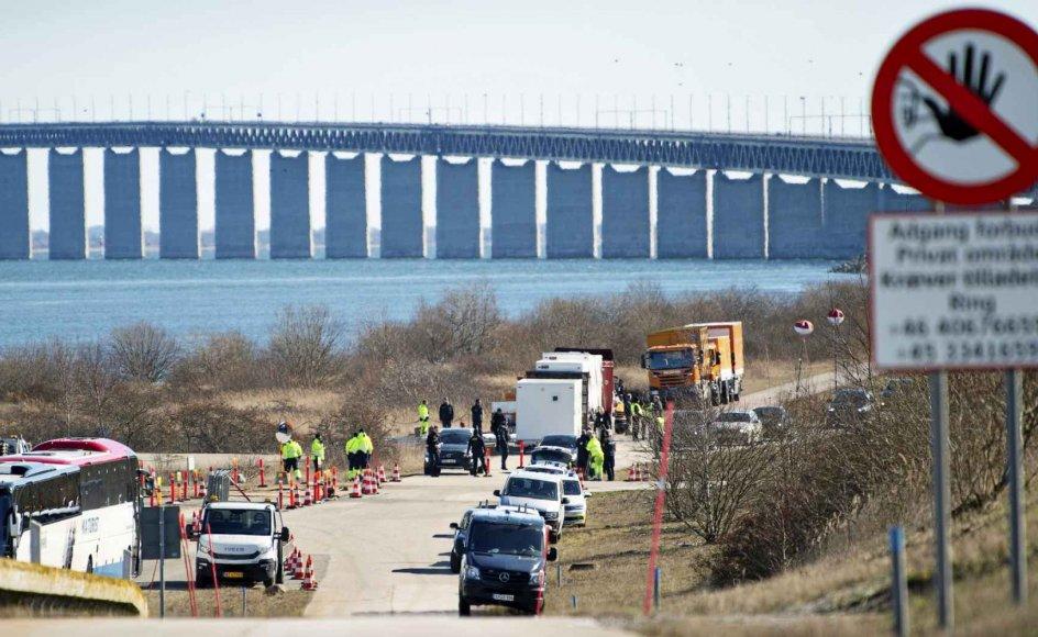 Med covid-19 blev det tydeligt, hvor meget især Øresunds-regionen egentlig hænger sammen, skriver minister Flemming Møller Mortensen (S). Her ses grænsekontrol på Øresundsbroen den 14. marts sidste år. – Foto: Nils Meilvang/Ritzau Scanpix.