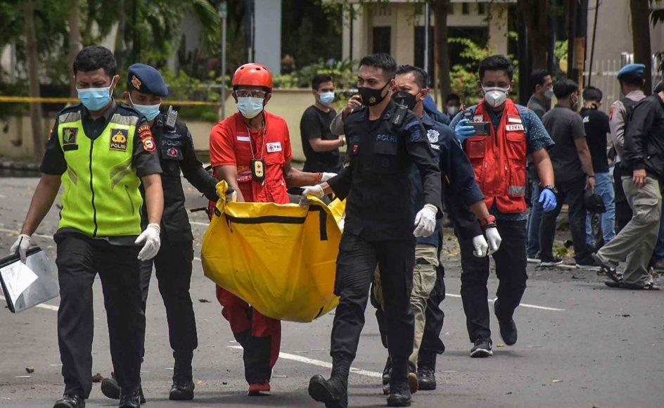 Uden for en kirke i Indonesien sprang en bombe søndag. To selvmordsbombere meldes dræbt. 20 personer blev såret.