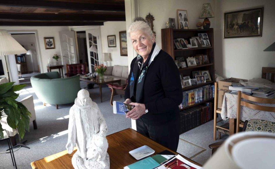 Grethe Bahne Madsen har altid været glad for grundtviganismen, og for en del år siden købte hun en lille Grundtvig-statue af billedhuggeren Niels Skovgaard. Skulpturen var et tidligt studie til den store statue, som billedhuggeren lavede til gården ved Vartov Kirke i København, og hun købte den af Skovgaards barnebarn. – Foto: Leif Tuxen.