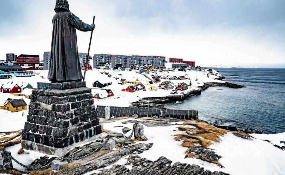 Efter at statuer af markante personer fra kolonitiden blev væltet i blandt andet USA og England, hældte en gruppe aktivister rød maling over Hans Egede-statuen i Nuuk. Aktionen er omdiskuteret i Grønland. Grønlænderne betegnes af eksperter som et af verdens mest troende folk, og mange betragter Hans Egede som kristendommens grundlægger i Grønland mere end som en kolonialist. – Foto: Emil Helms/Ritzau Scanpix.